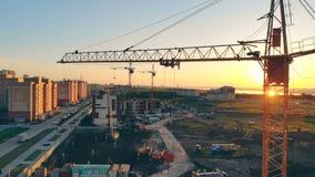 Γερανός κατασκευής σε μια περιοχή ηλιοβασίλεμα εργοτάξι&omega απόθεμα βίντεο