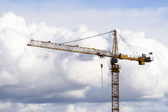 Γερανός κατασκευής στα σύννεφα Στοκ φωτογραφίες με δικαίωμα ελεύθερης χρήσης