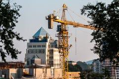 Γερανός κατασκευής στην πόλη Στοκ φωτογραφία με δικαίωμα ελεύθερης χρήσης