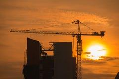 Γερανός κατασκευής στο ηλιοβασίλεμα Στοκ Φωτογραφία