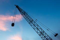 Γερανός κατασκευής στο υπόβαθρο βραδιού Στοκ φωτογραφία με δικαίωμα ελεύθερης χρήσης