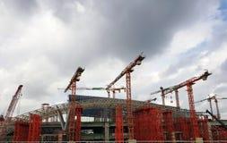 Γερανός κατασκευής στο υπόβαθρο της οικοδόμησης Στοκ φωτογραφία με δικαίωμα ελεύθερης χρήσης
