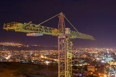 Γερανός κατασκευής στο υπόβαθρο της πόλης στοκ εικόνα με δικαίωμα ελεύθερης χρήσης