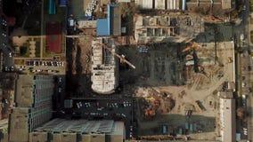 Γερανός κοντά στο ατελές κτήριο, τοπ άποψη απόθεμα βίντεο