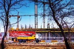 Γερανός κοντά στο εργοτάξιο οικοδομής στοκ εικόνα