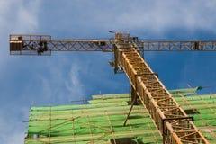 Γερανός μπροστά από το εργοτάξιο οικοδομής Στοκ Εικόνες