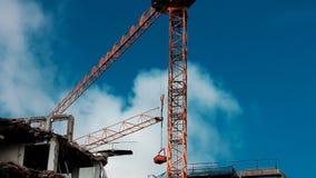 Γερανός που ανυψώνει επάνω το εμπορευματοκιβώτιο στο εργοτάξιο οικοδομής απόθεμα βίντεο