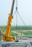 Γερανός που λειτουργεί στην κατασκευή γεφυρών Στοκ Εικόνα