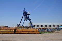 Γερανός ποδιών κουράς στο ναυπηγείο αποθήκευσης για το χάλυβα Στοκ φωτογραφία με δικαίωμα ελεύθερης χρήσης
