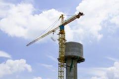 Γερανός πύργων για τη δεξαμενή νερού κατασκευής Στοκ εικόνα με δικαίωμα ελεύθερης χρήσης