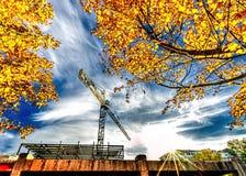 Γερανός πύργων με την έκρηξη αστεριών ήλιων Στοκ εικόνες με δικαίωμα ελεύθερης χρήσης