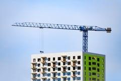 Γερανός πύργων που χτίζει ένα σύγχρονο σπίτι Στοκ εικόνες με δικαίωμα ελεύθερης χρήσης