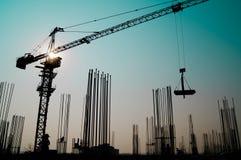 Γερανός πύργων στην οικοδόμηση κτηρίου οικοδόμησης Στοκ Εικόνες