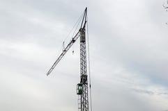 Γερανός σε ένα εργοτάξιο οικοδομής Στοκ εικόνα με δικαίωμα ελεύθερης χρήσης