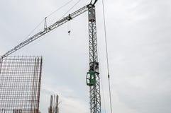 Γερανός σε ένα εργοτάξιο οικοδομής Στοκ Εικόνα