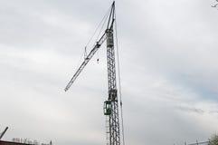 Γερανός σε ένα εργοτάξιο οικοδομής Στοκ φωτογραφία με δικαίωμα ελεύθερης χρήσης