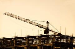 Γερανός σιδήρου στις σκιαγραφίες εργοτάξιων οικοδομής Στοκ Εικόνα