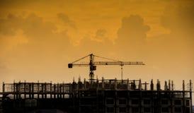 Γερανός σιδήρου στις σκιαγραφίες εργοτάξιων οικοδομής Στοκ Φωτογραφία