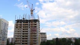 Γερανός στο εργοτάξιο οικοδομής με το κατοικημένο κτήριο απόθεμα βίντεο