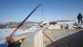 Γερανός στο εργοτάξιο οικοδομής - που δημιουργεί το άχυρο-ξύλινο κτήριο απόθεμα βίντεο