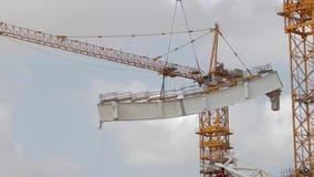 Γερανός στο εργοτάξιο οικοδομής απόθεμα βίντεο