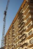 Γερανός στο κτήριο που καλύπτεται δίπλα στα ικριώματα Στοκ φωτογραφίες με δικαίωμα ελεύθερης χρήσης
