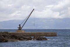 Γερανός του παλαιού σκάφους στην αποβάθρα στον Ατλαντικό Στοκ φωτογραφία με δικαίωμα ελεύθερης χρήσης