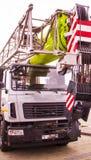 Γερανός Atomobile με να ανυψώσει τον τηλεσκοπικό βραχίονα υπαίθρια πέρα από το μπλε ουρανό Στοκ Φωτογραφίες