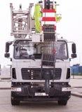 Γερανός Atomobile με να ανυψώσει τον τηλεσκοπικό βραχίονα υπαίθρια πέρα από το μπλε ουρανό Στοκ φωτογραφία με δικαίωμα ελεύθερης χρήσης