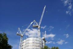γερανός bu construction residential κατασκευή τούβλων που βάζει υπαίθρια την περιοχή Υλικά σκαλωσιάς Στοκ Εικόνα