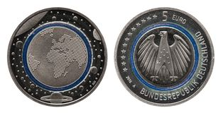 Γερμανία πέντε ευρο- νόμισμα με τους πλανήτες και το μπλε πολυμερές δαχτυλίδι στοκ φωτογραφία με δικαίωμα ελεύθερης χρήσης