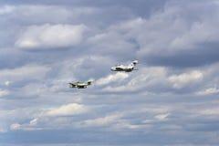 Γερμανικά αεριωθούμενα μαχητικά αεροσκάφη Messerschmitt εμένα-262 Schwalbe και σοβιετικό mikoyan-Gurevich miG-15 που πετούν Στοκ Εικόνες