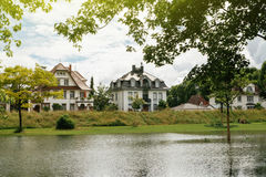Γερμανικά σπίτια που βλέπουν πέρα από τον πλημμυρισμένο ποταμό του Ρήνου στα σύνορα με τη Γαλλία Στοκ Εικόνα