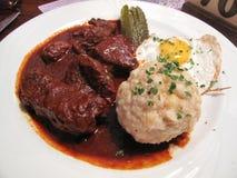 Γερμανικά τρόφιμα - βόειο κρέας - πατάτες - αυγό - τουρσί στοκ εικόνες με δικαίωμα ελεύθερης χρήσης