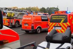Γερμανικές πυροσβεστικές στάσεις φορτηγών στον αυτοκινητόδρομο Στοκ Φωτογραφίες