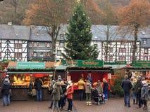 Γερμανική αγορά Χριστουγέννων με τους ανθρώπους Στοκ εικόνα με δικαίωμα ελεύθερης χρήσης