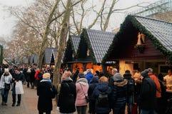 Γερμανική αγορά Χριστουγέννων με τους ανθρώπους Στοκ φωτογραφία με δικαίωμα ελεύθερης χρήσης