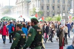 Γερμανική αστυνομία για να διατηρήσει τη διαταγή σχετικά με το υπέρ-παλαιστινιακό demonstra Στοκ Εικόνα