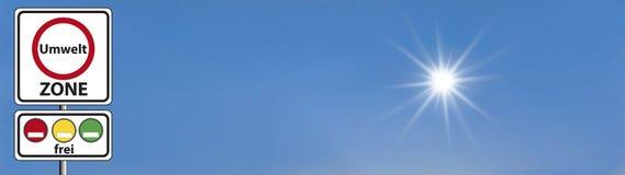 Γερμανική ζώνη περιβάλλοντος σημαδιών οδών - με τον ουρανό και τον ήλιο στοκ φωτογραφία