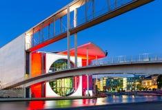 Γερμανική καγκελερία στο ξεφάντωμα ποταμών τη νύχτα, Βερολίνο στοκ εικόνες