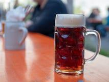 Γερμανική κούπα μπύρας σε έναν υπαίθριο κήπο μπύρας Στοκ φωτογραφία με δικαίωμα ελεύθερης χρήσης