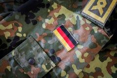 Γερμανική σημαία και κύριο διακριτικό κατώτερων υπαλλήλων στο γερμανικό στρατιωτικό σακάκι Στοκ Φωτογραφίες