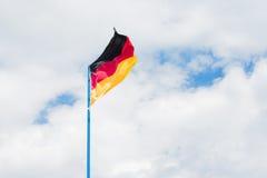 Γερμανική σημαία στο νεφελώδη ουρανό Στοκ φωτογραφίες με δικαίωμα ελεύθερης χρήσης