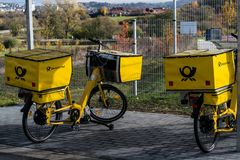 Γερμανική ταχυδρομική επιχείρηση πριν από τις διακοπές και τις ελλείψεις προσωπικού στοκ φωτογραφίες