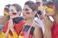 Γερμανικοί ανεμιστήρες ποδοσφαίρου ενδιαφερόμενοι για την απόδοση ομάδων Στοκ φωτογραφία με δικαίωμα ελεύθερης χρήσης