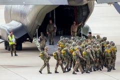 Γερμανικοί αλεξιπτωτιστές που εισάγουν το αεροπλάνο Στοκ Εικόνες