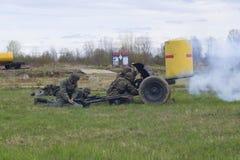 Γερμανικοί στρατιώτες που βάζουν φωτιά από τα αντιαρματικά πυροβόλα όπλα Αναδημιουργία του επεισοδίου του μεγάλου πατριωτικού πολ Στοκ Φωτογραφίες