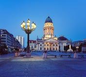 Γερμανικός καθεδρικός ναός σε Gendarmenmark στο Βερολίνο τη νύχτα στοκ εικόνες