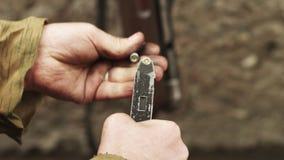 Γερμανικός στρατιώτης του πολεμικού κόσμου δύο submachine επαναφόρτιση πυροβόλων όπλων κλείστε επάνω φιλμ μικρού μήκους