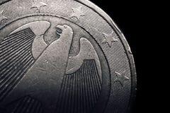Γερμανικό ευρο- νόμισμα χρυσή ιδιοκτησία βασικών πλήκτρων επιχειρησιακής έννοιας που φθάνει στον ουρανό Μακροεντολή Στοκ Φωτογραφία